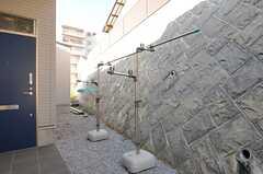 屋外に物干しの設備が用意されています。(2013-11-06,共用部,OTHER,2F)