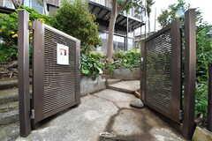 シェアハウスの門扉。門扉の先は階段です。(2017-11-14,周辺環境,ENTRANCE,1F)