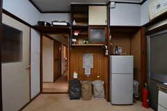 キッチンの様子4。ドアの上にホットプレートが置かれています。(共用部棟)(2017-11-14,共用部,KITCHEN,1F)