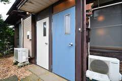 左手から102、101号室の玄関ドア。(専有部棟)(2017-11-14,専有部,ROOM,1F)