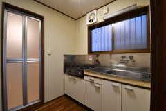 水回り設備の様子。左手からバスルーム、キッチンです。(101号室)(専有部棟)(2017-11-14,専有部,ROOM,1F)