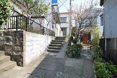 シェアハウスのは細い路地の奥にあります。バイクは入れません。(2013-03-12,共用部,OUTLOOK,1F)