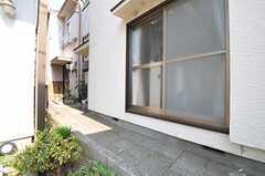玄関はさらに奥まった場所にあります。(2013-03-12,周辺環境,ENTRANCE,1F)