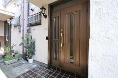 シェアハウスの玄関ドアの様子。(2013-03-12,周辺環境,ENTRANCE,1F)