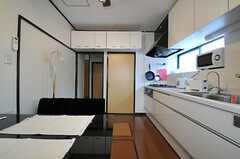 リビングの一部に吊り戸棚収納も。(2013-03-12,共用部,LIVINGROOM,1F)