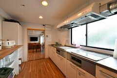 キッチンの様子2。システムキッチンが2台並んでいます。(2019-08-16,共用部,KITCHEN,1F)