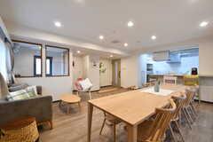 リビングの様子3。キッチンが併設されています。(2020-03-02,共用部,LIVINGROOM,1F)