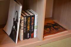 本棚にはヒット作が並んでいます。(2020-03-02,共用部,OTHER,1F)