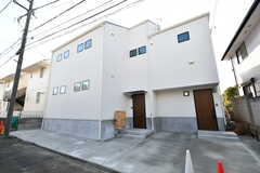 シェアハウスの外観。右のドアはオーナーさん宅、左のドアがシェアハウスです。(2020-02-07,共用部,OUTLOOK,1F)