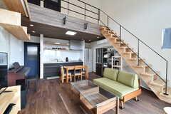 リビングの様子2。階段から屋根裏部分に上がることができます。(2020-02-07,共用部,LIVINGROOM,2F)