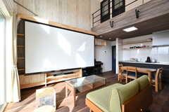 作り付けのTVボードから、スクリーンを下ろすこともできます。(2020-02-07,共用部,LIVINGROOM,2F)