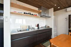 キッチンの様子2。フライパンや鍋類は上部の棚に収納されています。(2020-02-07,共用部,KITCHEN,2F)