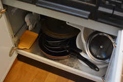 フライパンや鍋類はコンロ下に収納されています。(2019-05-31,共用部,KITCHEN,1F)