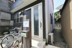 シェアハウスの正面玄関。(2010-08-17,周辺環境,ENTRANCE,1F)