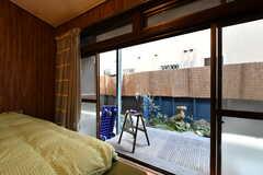 掃出し窓からはテラスに出られます。(102号室)(2018-03-30,専有部,ROOM,1F)