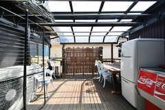 バルコニーの様子。屋根付きで雨の日でも使えます。(2018-03-30,共用部,OTHER,2F)