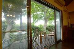 窓の外にはデッキテラスが敷かれています。(2014-10-10,共用部,LIVINGROOM,1F)