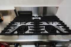 ガスコンロは3口。本格的な料理にも耐えうる火力なんだそう。(2014-10-10,共用部,KITCHEN,1F)