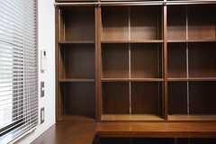 壁一面に本棚が取り付けられています。(103号室)(2014-10-10,専有部,ROOM,3F)