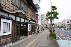 シェアハウスから横浜市営地下鉄ブルーライン・三沢下町駅へ向かう道の様子。(2014-10-10,共用部,ENVIRONMENT,1F)