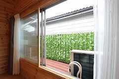窓からはベランダに出られます。(202号室)(2015-06-16,専有部,ROOM,2F)