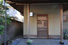 シェアハウスの正面玄関。引き戸です。(2013-02-25,周辺環境,ENTRANCE,1F)