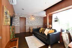リビングの様子。壁面は本棚の壁紙です。(2017-10-31,共用部,LIVINGROOM,2F)
