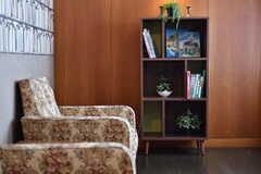 本棚には山登りの本などが置かれています。(2017-10-31,共用部,LIVINGROOM,2F)