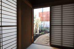 掃き出し窓からは庭へ出られます。(101号室)(2013-02-25,専有部,ROOM,1F)