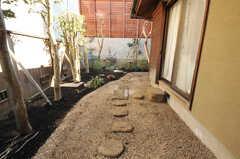 室内から見た庭の様子。(101号室)(2013-02-25,専有部,ROOM,1F)