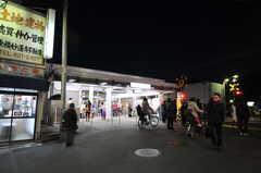 夜の東急東横線・妙蓮寺駅前の様子。(2013-02-25,共用部,ENVIRONMENT,1F)