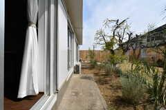 窓から見た庭の様子。(A102号室)(2018-03-26,専有部,ROOM,1F)