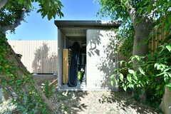 庭に設置された倉庫には、アウトドア用品が収納されています。(2018-06-04,共用部,OTHER,1F)