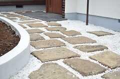 玄関へは石畳を歩きます。(2014-02-13,周辺環境,ENTRANCE,1F)