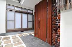 シェアハウスの正面玄関。(2014-02-13,周辺環境,ENTRANCE,1F)
