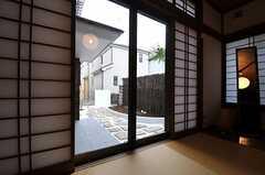 障子を開けると玄関周りが見渡せます。(101号室)(2014-02-13,専有部,ROOM,1F)