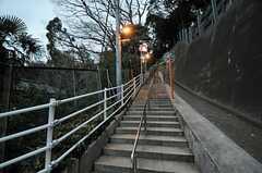 階段を上ると駅からの近道。(2014-02-13,共用部,ENVIRONMENT,1F)