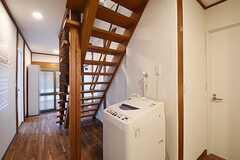 階段下に洗濯機が設置されています。(2016-07-08,共用部,LAUNDRY,1F)