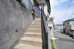 階段を上がって玄関へ。(2013-04-11,周辺環境,ENTRANCE,1F)