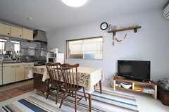 リビングの様子。壁も天井も白く塗られています。(2013-04-11,共用部,LIVINGROOM,1F)