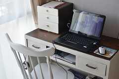 共用PCの様子。古いデスクを塗装しています。(2013-04-11,共用部,PC,1F)