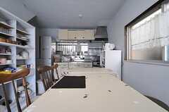ダイニング・テーブル越しに見たキッチン。(2013-04-11,共用部,LIVINGROOM,1F)