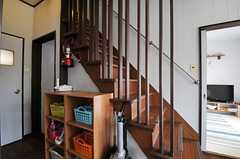 階段脇には洗面用具などを置ける棚があります。(2013-04-11,共用部,OTHER,1F)
