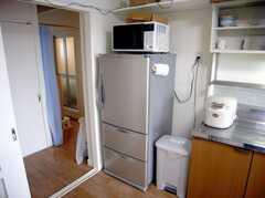 キッチン脇に設置された共用の電子レンジと冷蔵庫。(2007-07-29,共用部,KITCHEN,5F)