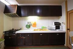 キッチンの様子。右手には電子レンジとトースターが設置されています。(2016-09-26,共用部,KITCHEN,1F)