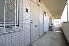玄関ドアの様子。ユニットはそれぞれ独立しています。(2013-07-09,周辺環境,ENTRANCE,4F)