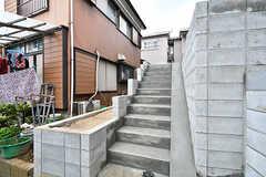 徒歩用の階段。階段横のスロープで自転車も押して上がることができます。(2017-03-16,周辺環境,ENTRANCE,1F)