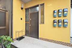 玄関ドアの様子。ポストは各部屋ごとに設置されています。(2015-11-24,周辺環境,ENTRANCE,1F)