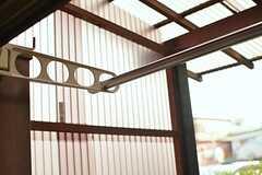 テラスは屋根付きで、洗濯物も干せます。(102号室)(2015-11-24,専有部,ROOM,1F)