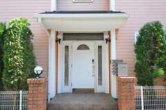 シェアハウスの正面玄関。(2014-03-24,周辺環境,ENTRANCE,1F)